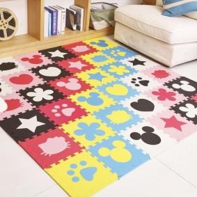 Разноцветные фигурки на детском коврике