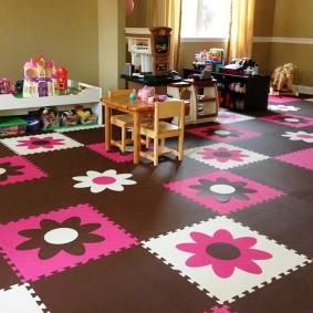 Цветные ромашки на пазлах коврика