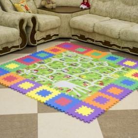 Детский коврик с игрой перед диваном в гостиной