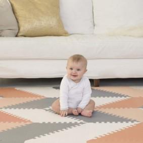 годовылый малыш на мягком напольном покрытии