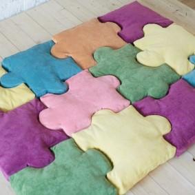 Вариант мягкого покрытия из подушек-пазлов