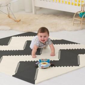 Коврики на полу комнаты для новорожденного