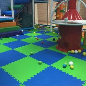 Сине-зеленое покрытие в детской спальне