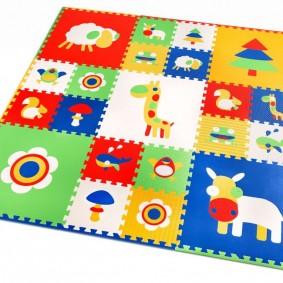 Яркая расцветка квадратного коврика