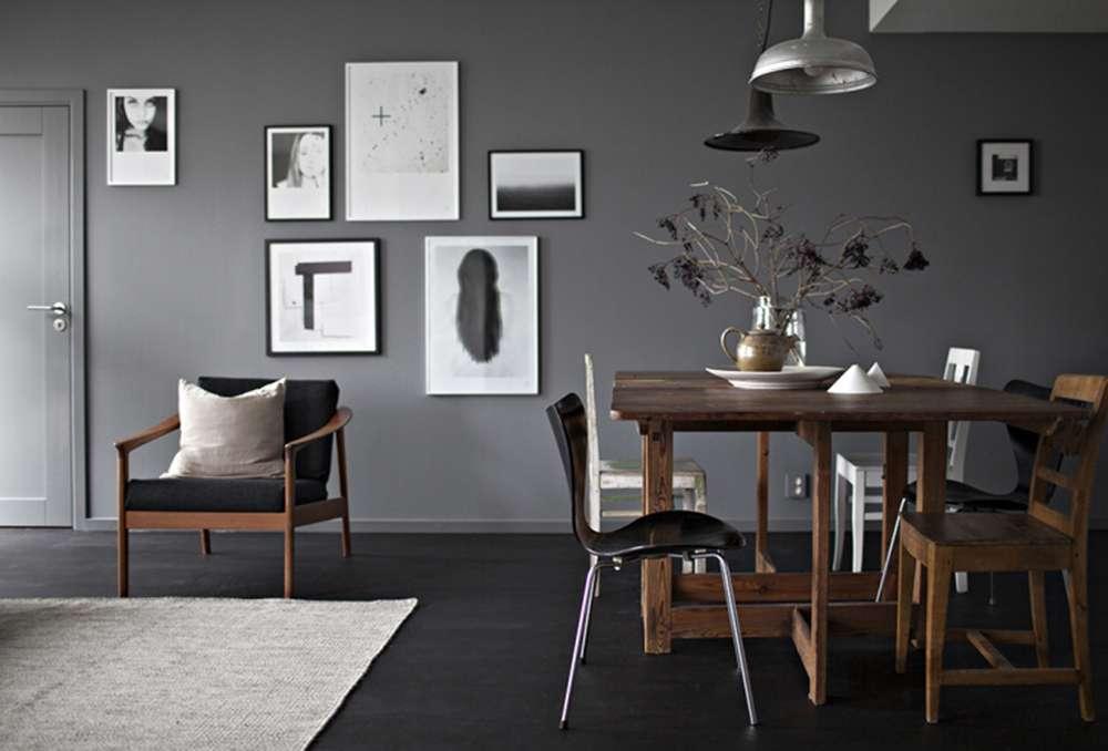 Светлые фото на темно-серой стене гостиной