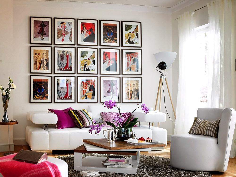 Цветные фото на стене гостиной комнаты