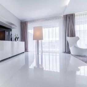 Белый глянцевый пол в кухне-гостиной