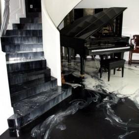 Черный рояль в холле с лестницей
