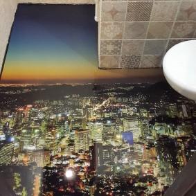 Пол с изображение ночного города в туалете панельного дома