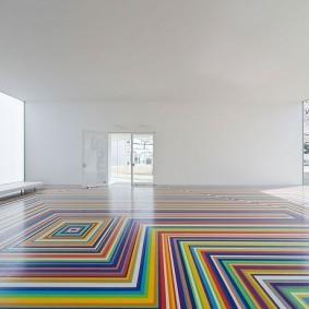 Геометрический принт на полу в зале