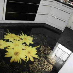 Глянцевый пол в кухне современного стиля