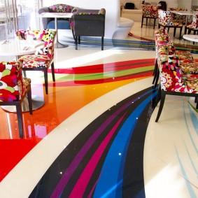 Цветные полосы на полу в зале
