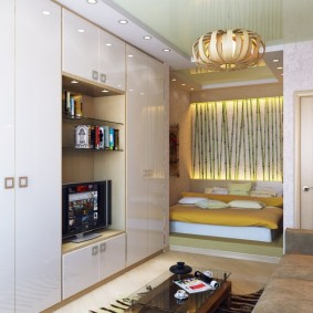 Мебель с глянцевыми фасадами в зале квартиры