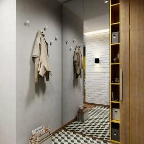 Открытая вешалка на стене прихожей