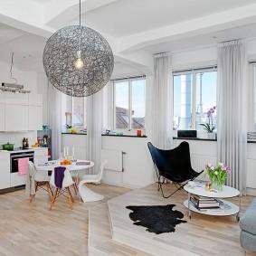 Просторная комната с белым потолком