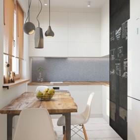 Кухонный стол с деревянной поверхностью