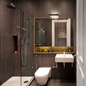 Керамическая плита на стене ванной с душем
