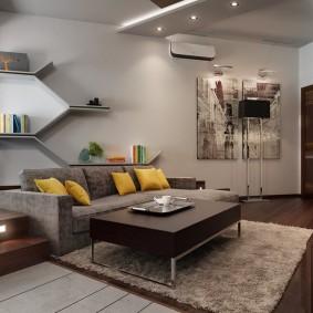 Желтые подушки на сером диване