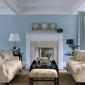 Голубая стена в гостиной комнате