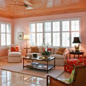Деревянный потолок в зале частного дома