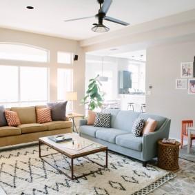 Светлая комната с двумя диванами