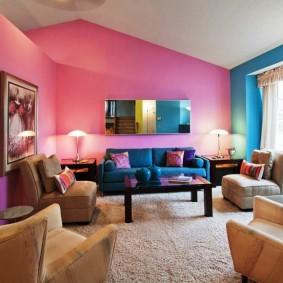 Комбинация розового и голубого цветов в интерьере зала