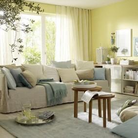 Декоративные подушке на прямом диване