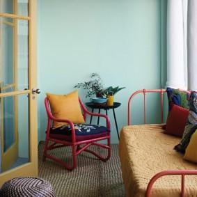 Яркая мебель в гостиной комнате