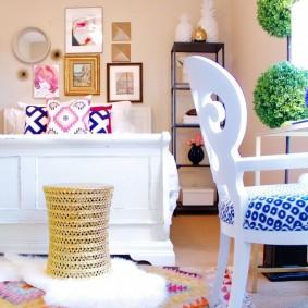 Белый стул с мягким сидением