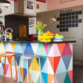 Яркая барная стойка в кухне гостиной