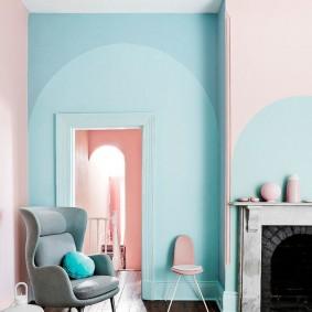 голубая стена над дверным проемом