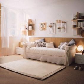 Светлый чехол на диване для подростка