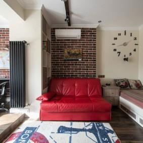 Кожаный диван красного цвета в комнате школьницы