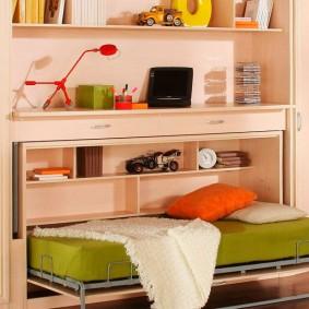 Зеленый матрас на откидной кровати