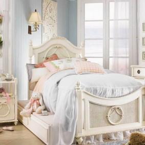Стильная кровать для девочки школьного возраста