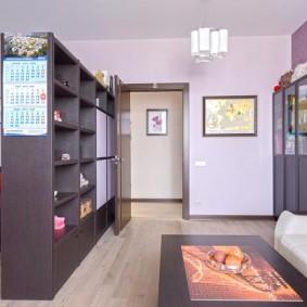 Шкаф-стеллаж в роли разделителя пространства детской комнаты