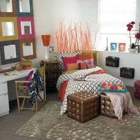 Кровать в комнате девочки-подростка
