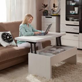 Стол с подъемной столешницей для работы на ноутбуке