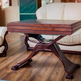 Деревянный столик с раскладным механизмом