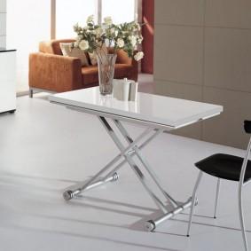 Раскладной столик с хромированными ножками