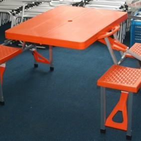 Набор пластиковой мебели из стола и стульев