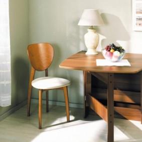 Настольная лампа на столе-тумбе