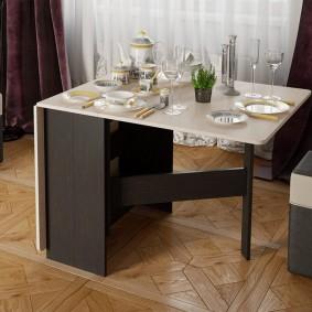 Столовый сервиз на поверхности стола