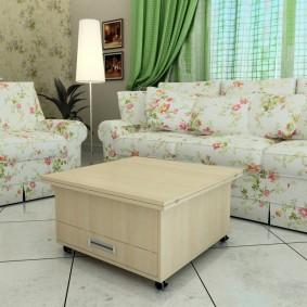 Столик-тумба перед светлым диваном