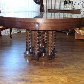 Деревянный стол круглой формы