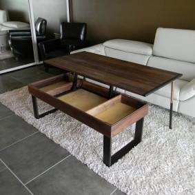 Раскладной столик на светлом ковре