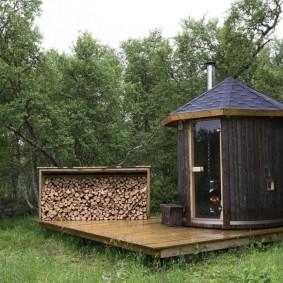 Мини-баня на деревянной площадке