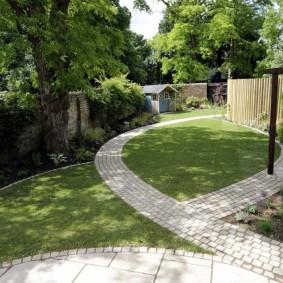 Садовые дорожки в узкой части дачного участка