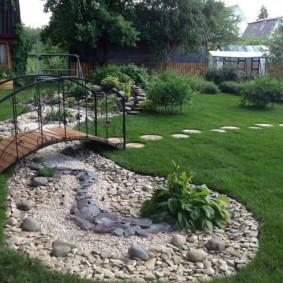 Садовый мостик с кованными перилами