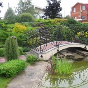 Живописный уголок частного сада